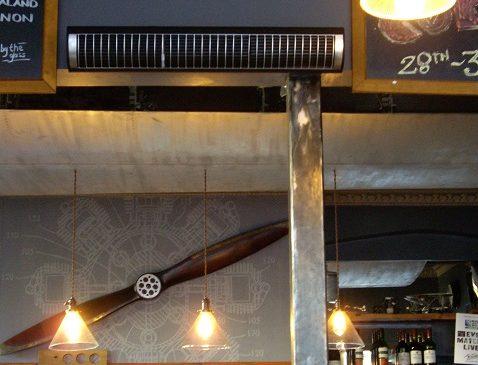 Herschel Aspect XL calentando al personal y a los clientes en una zona de bar