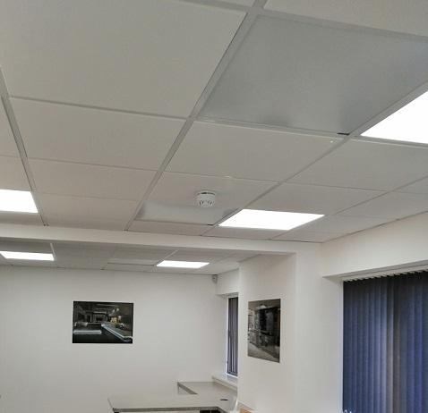 Techo de paneles blancos Herschel montado en espacio de oficina