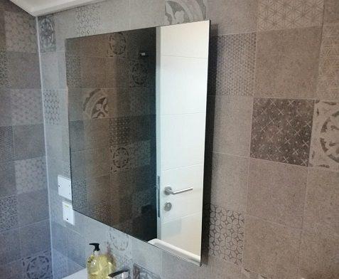 El calentador de espejo proporciona una solución eficiente de doble propósito, baja energía para baños