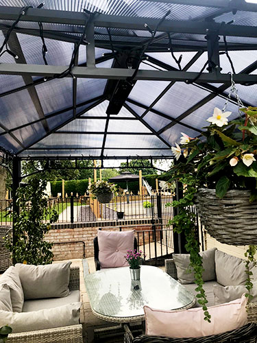 Calentadores Herschel Manhattan calentando la terraza del restaurante al aire libre
